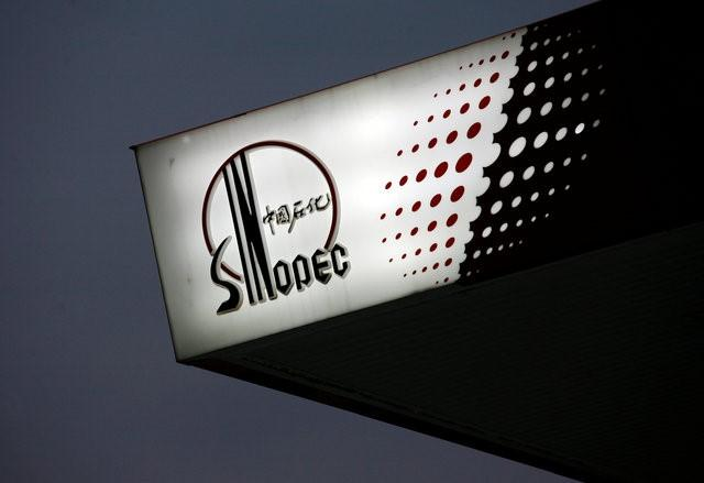 The Sinopec logo is seen at one of its gas stations in Hong Kong April 26, 2010.   REUTERS/Bobby Yip/File Photo