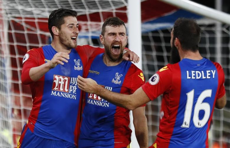 Britain Football Soccer - Crystal Palace v Manchester United - Premier League - Selhurst Park - 14/12/16 Crystal Palace's James McArthur celebrates scoring their first goal with teammates Reuters / Stefan Wermuth Livepic