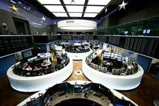 Помещение фондовой биржи во Франкфурте-на-Майне. 8 декабря 2016 года. Европейские фондовые рынки открыли снижением торги понедельника под давлением слабого финансового сектора, при этом бумаги Danone демонстрировали одни из наибольших потерь из-за предупреждения о том, что рост продаж компании будет меньше ожидаемого. REUTERS/Ralph Orlowski