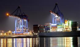 Un porte-conteneurs au port de Hambourg. La croissance économique de l'Allemagne s'est sans doute sensiblement accélérée au quatrième trimestre et l'inflation, discrète des années durant, pourrait dépasser 1% ce mois-ci à la faveur de la remontée des cours pétroliers. /Photo d'archives/REUTERS/Fabian Bimmer