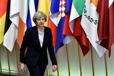 El Gobierno británico está trabajando en lograr un acuerdo para salir de la Unión Europea que valga asimismo para Escocia, dijo el lunes un portavoz de la primera ministra del país, Theresa May, después de que el Ejecutivo escocés dijera que publicará unas propuestas para permanecer en el mercado único del bloque europeo. En la imagen, la primera ministra británica Theresa May sale de una cumbre de la UE en la sede del Consejo Europeo en Bruselas, Bélgica, el 15 de diciembre de 2016. REUTERS/Eric Vidal