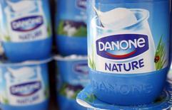 La empresa de alimentación francesa Danone rebajó el lunes sus previsiones de ventas de 2016, atribuyéndolo a duras condiciones de mercado en España y problemas con el relanzamiento de su marca de yogur Activia.  En la imagen, un yogur del grupo francés Danone en una ilustración tomada en Estrasburgo, 15 de abril de 2015. REUTERS/Vincent Kessler/File Photo