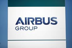 La imagen muestra el logo de Airbus Group en Suresnes, cerca de París, Francia,15 de diciembre 2016. Irán finalizó un acuerdo con Airbus para adquirir 100 jets, el primero con entrega estimada para mediados de enero, dijo el lunes un funcionario de alto rango. REUTERS/Benoit Tessier