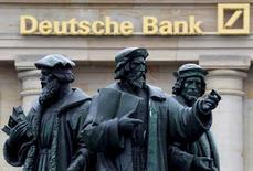 Deutsche Bank podría llegar esta semana a un acuerdo sobre una multa del Departamento de Justicia de los Estados Unidos por engañar presuntamente a los inversores cuando vendía valores respaldados por hipotecas, dijo el lunes una persona con conocimiento directo del asunto. En la imagen,, una estatua junto al logo de  Deutsche Bank en Francfort, Alemania, el 30 de septiembre de 2016. REUTERS/Kai Pfaffenbach/File Photo