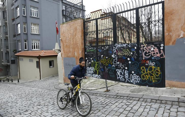 Entrance to the German high school in Istanbul March 17, 2016, when it was closed due to an ''unconfirmed warning''. REUTERS/Murad Sezer