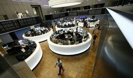 Les Bourses européennes ont terminé sur une note essentiellement inchangée lundi, la chute du compartiment bancaire et de celui lié aux matières premières ayant contre-balancé la hausse de la plupart des autres secteurs tandis que Wall Street était en hausse modérée au moment de la clôture de l'Europe, portée par son secteur technologique. /Photo d'archives/REUTERS/Ralph Orlowski