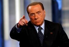 Vivendi est devenu la semaine dernière le deuxième actionnaire de Mediaset derrière Fininvest. Fininvest, la holding de l'ex-président du Conseil Silvio Berlusconi qui détient 38,3% du groupe de médias italien Mediaset, a annoncé lundi avoir déposé une plainte pour abus de marché contre Vivendi auprès de la Consob, le régulateur boursier du pays. /Photo prise le 30 novembre 2016/REUTERS/Remo Casilli