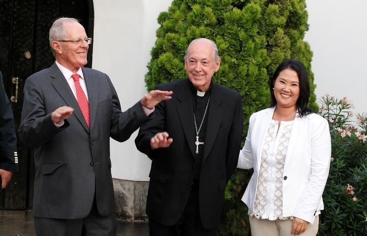 Peru's President Pedro Pablo Kuczynski (L) and opposition leader Keiko Fujimori (R) talk to press after a meeting next to Peruvian Cardinal Juan Luis Cipriani in Lima, Peru, December 19, 2016.  REUTERS/Guadalupe Pardo