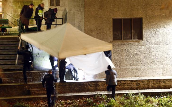 Police cover a body after a shooting outside an Islamic center in central Zurich, Switzerland December 19, 2016. REUTERS/Arnd Wiegmann