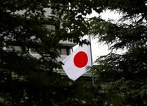 La Banque du Japon a laissé mardi sa politique monétaire inchangée et esquissé une vision plus optimiste de l'évolution de l'économie japonaise, renforçant le sentiment des marchés que la prochaine modification de sa politique pourrait prendre la forme d'une hausse, et non d'une baisse, de son objectif de taux. /Photo d'archives/REUTERS/Toru Hanai