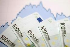 Les investissements dans la zone euro ont reflué en octobre et l'excédent courant a légèrement augmenté. L'excédent des comptes courants de la zone euro est ressorti à 28,4 milliards d'euros contre 27,7 milliards en septembre. /Photo d'archives/REUTERS/Dado Ruvic