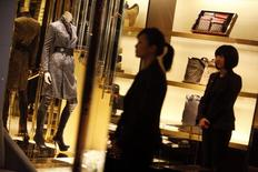 Face au ralentissement du marché mondial du luxe, les grands noms du secteur infléchissent leur stratégie pour répondre aux aspirations des classes moyennes émergentes, notamment chinoises, et aux besoins d'une clientèle européenne rebutée par des prix jugés prohibitifs. /Photo d'archives/REUTERS/Nir Elias