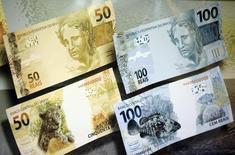 Billetes de 50 y 100 reales en una presentación en Brasilia, feb 3, 2010. Brasil recaudó 102.245 millones de reales (28.400 millones de dólares) en impuestos federales en noviembre, un alza marginal del 0,11 por ciento respecto al mismo período de 2015, con una economía que está afectada por su mayor recesión en casi un siglo.  REUTERS/Ricardo Moraes