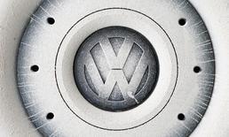 Volkswagen a conclu un accord aux Etats-Unis pour racheter ou réparer environ 80.000 véhicules diesel des marques VW, Porsche et Audi équipés de moteurs 3,0 litres dépassant les seuils autorisés de pollution, a annoncé mardi un juge fédéral américain à San Francisco. /Photo d'archives/REUTERS/Michaela Rehle