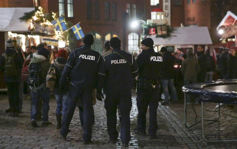 German police officers guard a Christmas market in the Prenzlauer Berg district in eastern Berlin, Germany, December 20, 2016, following a truck that ploughed into a crowded Christmas market killed 12 people at Breitscheidplatz in western Berlin.       REUTERS/Christian Mang
