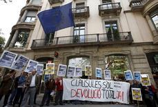 El Banco de España estima que los bancos podrían tener un impacto adicional de algo más de 4.000 millones de euros después de que el Tribunal Europeo de Justicia ordenase el miércoles devolver a los clientes todo el capital cobrado indebidamente con las polémicas cláusulas suelo si son declaradas nulas, dijo una fuente de la institución. En la imagen de archivo manifestantes contra las cláusulas suelo ante la oficina de la UE en Barcelona, el 26 de abril de 2016. REUTERS/Albert Gea
