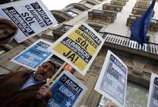 El Tribunal Europeo de Justicia ordenó el miércoles a los bancos españoles devolver a los clientes todo el capital cobrado indebidamente con las polémicas cláusulas suelo si son declaradas nulas, lo que podría llevar a las entidades a devolver hasta 4.000 millones de euros. En la imagen de archivo, un hombre protesta contra las cláusulas suelo frente a una oficina de la UE en Barcelona, el 26 de abril de 2016. REUTERS/Albert Gea