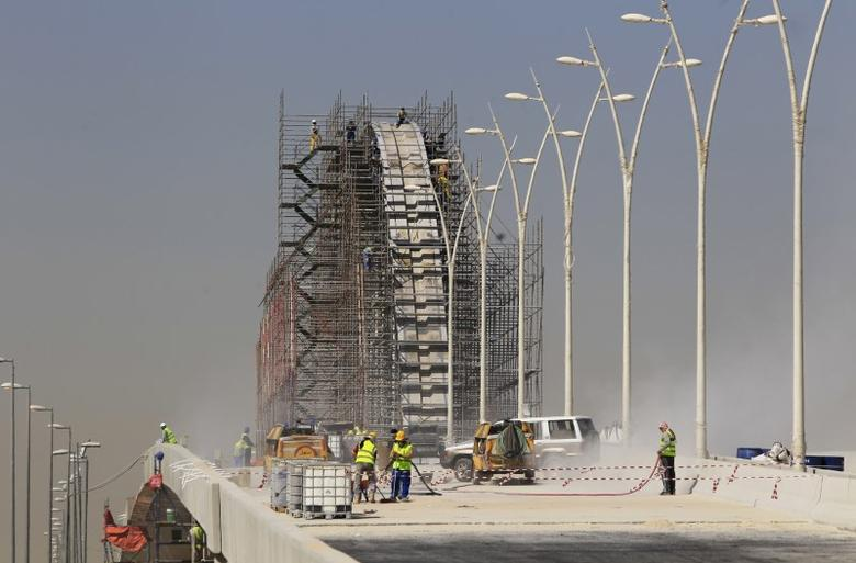 Construction labourers work at the site of the development project of King Abdullah Road in Riyadh February 5, 2013.  REUTERS/Fahad Shadeed