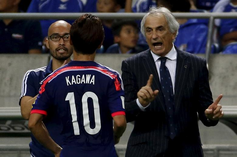 Japan's national soccer team coach Vahid Halilhodzic (R) speaks to Shinji Kagawa (10) during their 2018 World Cup qualifying soccer match against Cambodia at Saitama Stadium in Saitama, north of Tokyo, September 3, 2015. REUTERS/Yuya Shino  Picture Supplied by Action Images