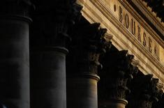 Les Bourses européennes évoluent en légère baisse jeudi à mi-séance et Wall Street est attendue stable. À Paris, le CAC 40 recule de 0,11% (5,26 points) à 4.828,56 points vers 11h55 GMT. À Francfort, le Dax abandonne 0,03% et à Londres, le FTSE reflue de 0,13%, en raison notamment du repli des valeurs liées aux ressources de base. /Photo d'archives/REUTERS/Christian Hartmann
