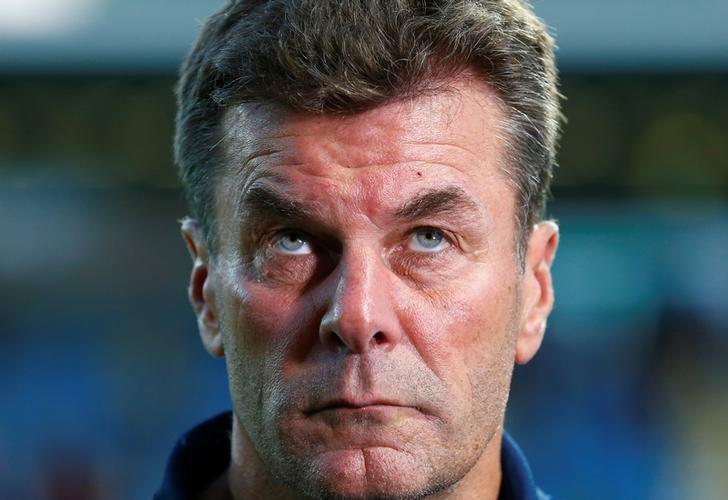 Football Soccer -  FSV Frankfurt 1899 v VfL Wolfburg - German Cup (DFB Pokal) - Frankfurter Volksbank Stadion, Frankfurt, Germany - 20/08/16. VfL Wolfsburg's coach Dieter Hecking looks on prior to their match against FSV Frankfurt 1899. REUTERS/Ralph Orlowski