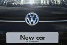 Imagen de archivo de Volkswagen en una automotora de Londres, Gran Bretaña. 30 de marzo 2016. El grupo británico Inchcape informó el jueves que cerró la compra de negocios de distribución de autos a la chilena Empresas Indumotora por el equivalente a 288 millones de dólares, en una adquisición que definió como estratégica en Sudamérica. REUTERS/Toby Melville/File Photo  - RTSK0VV