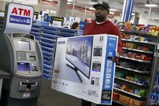 Una persona comprando un televisor en una tienda de la minorista Best Buy en Nueva York, nov 27, 2015. El gasto del consumidor en Estados Unidos subió modestamente en noviembre debido a que los ingresos de los hogares no se elevaron por primera vez en nueve meses, lo que sugiere que el crecimiento económico se frenó en el cuarto trimestre.  REUTERS/Shannon Stapleton