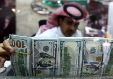 L'Arabie Saoudite a annoncé jeudi avoir réduit son déficit budgétaire en 2016 et prévoir d'augmenter ses dépenses en 2017 pour doper sa croissance. /Photo prise le 29 septembre 2016/REUTERS/Faisal Al Nasser