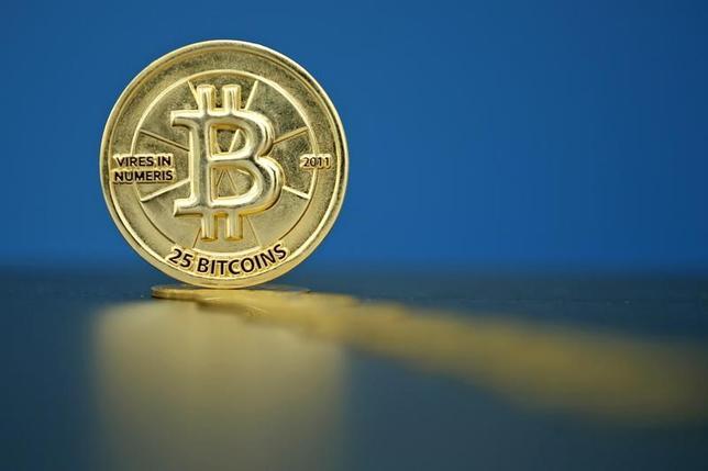 12月22日、ビットコインの時価総額が過去最高を記録した。写真はパリで昨年5月撮影(2016年 ロイター/Benoit Tessier)