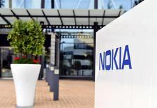 NOKIA, plus forte baisse du CAC 40, a reculé de 5,1% à 4,503 euros sur fond de guerre des brevets après avoir déposé des plaintes pour violation de brevets contre APPLE. /Photo d'archives/REUTERS/Irene Stachon
