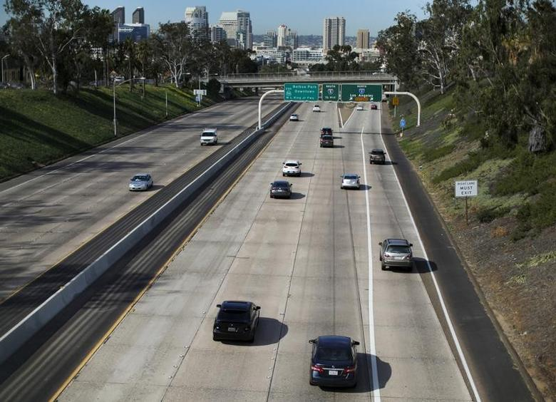 Cars travel north towards Los Angeles on Interstate highway 5 in San Diego, California February 10, 2016. REUTERS/Mike Blake