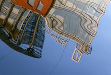 Логотип Deutsche Bank отражается в Москве-реке в российской столице 14 сентября 2015 года. Deutsche Bank договорился выплатить $7,2 миллиарда для урегулирования претензий Минюста США в связи с операциями с проблемными ипотечными бумагами в преддверии финансового кризиса 2008 года. REUTERS/Sergei Karpukhin/File Photo