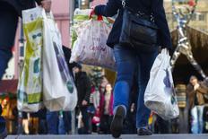 La confianza entre los consumidores alemanes mejoró de cara a enero, ya que se muestran más positivos sobre sus futuros ingresos, mostró el viernes una encuesta que sugiere que el gasto de los hogares continuará impulsando la economía a principios del próximo año. En esta imagen de archivo, varias personas con bolsas en una zona comercial de Berlín el 23 de diciembre de 2013.  REUTERS/Thomas Peter