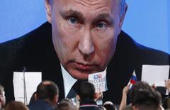Журналисты слушают выступление Путина на ежегодной пресс-конференции. Российский президент Владимир Путин высказался против перехода к прогрессивной шкале налога на доходы физлиц.  REUTERS/Sergei Karpukhin