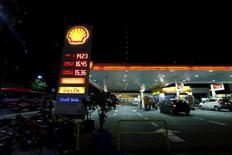 Una gasolinera de Shell en Buenos Aires, ene feb 3, 2016. Empresas y trabajadores petroleros firmarían en enero un acuerdo para flexibilizar contratos laborales en la industria de crudo y gas no convencionales de Argentina, en busca de atraer nuevas inversiones, dijeron a Reuters fuentes que forman parte de las negociaciones.   REUTERS/Enrique Marcarian