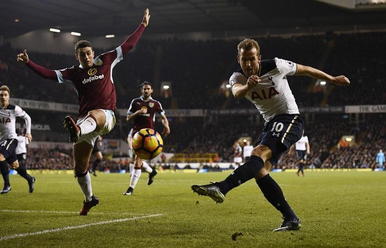 Britain Football Soccer - Tottenham Hotspur v Burnley - Premier League - White Hart Lane - 18/12/16 Tottenham's Harry Kane in action Reuters / Dylan Martinez Livepic EDITORIAL USE ONLY. No use with unauthorized audio, video, data, fixture lists, club/league logos or ''live'' services. Online in-match use limited to 45 images, no video emulation. No use in betting, games or single club/league/player publications. Please contact your account representative for further details.
