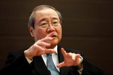 Le gouverneur de la Banque du Japon, Haruhiko Kuroda (photo), a défendu lundi sa nouvelle politique de contrôle de la courbe de rendement, arguant qu'elle avait permis aux taux à long terme au Japon d'échapper à la hausse généralisée des rendements dans le monde et à l'économie de sortir de la stagnation. /Photo prise le 13 décembre 2016/REUTERS/Kim Kyung-Hoon