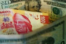 La imagen muestra pesos mexicanos y billetes de dólares estadounidenses en la Ciudad de México. 10 de marzo 2015.  El peso mexicano perdía levemente el lunes en una sesión con poca liquidez debido a las vacaciones de fin de año y al cierre de los mercados financieros de Estados Unidos por un feriado un día después de la Navidad.REUTERS/Edgard Garrido/File Photo