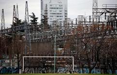 Las torres eléctricas de alta tensión  en la planta de distribución eléctrica de Edenor en Buenos Aires, Argentina.5 de agosto 2015. FEl consumo de electricidad en Argentina cayó un 0,9 por ciento interanual en noviembre, en medio de una desaceleración en la demanda de parte de los usuarios industriales, dijo el lunes la Fundación para el Desarrollo Eléctrico (Fundelec).   REUTERS/Marcos Brindicci - RTX1N7WJ