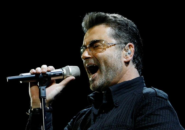 FILE PHOTO: George Michael performs in concert at the Forum during his ''Live Global Tour'' in Inglewood, California June 25, 2008. REUTERS/Mario Anzuoni/File Photo