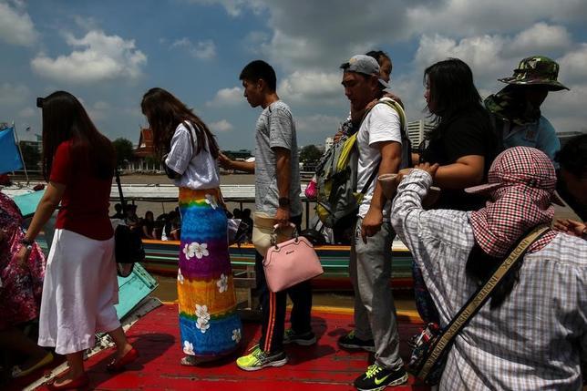 12月26日、世界銀行のエコノミストは、タイの観光客誘致が成功を収めているものの、一部都市では観光客の増加に空港などのインフラ設備が追いついていないとの見方を示した。写真はチャオプラヤ川の観光船に乗り込む中国人観光客。タイの首都バンコクで10月撮影(2016年 ロイター/Athit Perawongmetha)