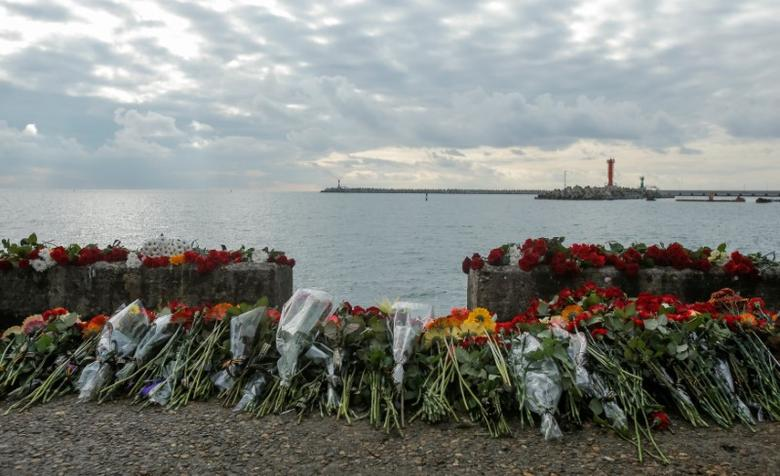 Flowers in memory of passengers and crew members of Russian military Tu-154, which crashed into the Black Sea on its way to Syria on Sunday, are placed at an embankment in the Black Sea resort city of Sochi, Russia, December 26, 2016. REUTERS/Maxim Shemetov