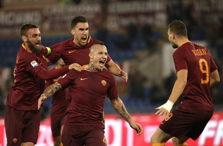 Football - Soccer - AS Roma v AC Milan - Italian Serie A - Olympic Stadium, Rome, Italy - 12/12/2016. AS Roma's Radja Nainggolan celebrates with teammates after scoring first goal . REUTERS/Max Rossi/Files