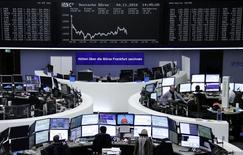 Фондовая биржа Франкфурта-на-Майне. Европейские фондовые индексы повышаются в начале сессии четверга с возобновлением торгов на некоторых рынках после рождественских праздников, при этом акции Parmalat взлетели в цене после того, как французская компания Lactalis запустила процедуру выкупа оставшихся акций итальянского производителя молочных продуктов.  REUTERS/Staff/Remote