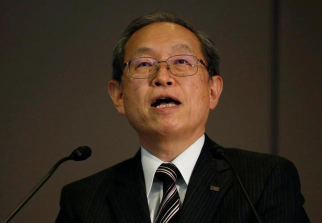 12月27日、米原発サービス会社について数千億円規模の減損が発生する可能性が出ている東芝は、綱川智社長(写真)らが緊急会見し、来年2月中旬までに損失額を確定する意向を示すとともに、原子力事業について「位置づけを見直すこともあり得る」などと述べた(2016年 ロイター/Toru Hanai)