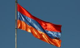 Флаг Армении в Ереване. 23 июня 2016 года. Центральный банк Армении понизил ставку рефинансирования до 6,25 процента годовых с 6,5 процента, сообщил Центробанк во вторник. REUTERS/David Mdzinarishvili