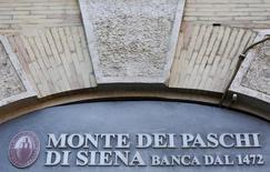 L'Etat italien devrait apporter 6,5 milliards d'euros pour sauver la banque toscane en difficulté Monte dei Paschi di Siena, soit davantage que ce qui avait été envisagé jusqu'ici, a-t-on appris mardi de trois sources proches du dossier. /Photo d'archives/REUTERS/Max Rossi