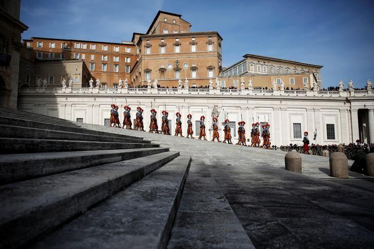 Swiss Guards leave after Pope Francis delivered his ''Urbi et Orbi'' (to the city and the world) message from the balcony overlooking St. Peter's Square at the Vatican December 25, 2016. REUTERS/Alessandro Bianchi/Files