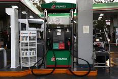 Surtidores de combustible en una gasolinera de la estatal Pemex en Ciudad de México, ene 13, 2015. El rendimiento de los bonos mexicanos indexados por inflación, conocidos como Udibonos, cayó fuerte en la subasta primaria del martes por primera vez desde julio después de que el Gobierno anunció que los precios de las gasolinas subirán hasta un 20.1 por ciento en enero.       REUTERS/Edgard Garrido