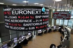 Euronext, à suivre à la Bourse de Paris. Le Financial Times a rapporté mardi soir que London Stock Exchange Group était sur le point de vendre sa filiale française de compensation à Euronext pour environ 510 millions d'euros. /Photo prise le 14 décembre 2016/REUTERS/Benoit Tessier